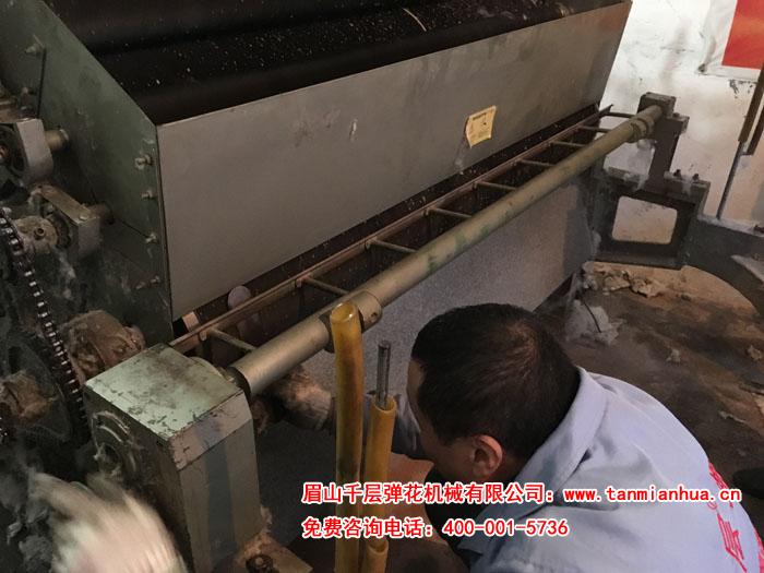 售后师傅在为使用多年的160精细弹花机做检查