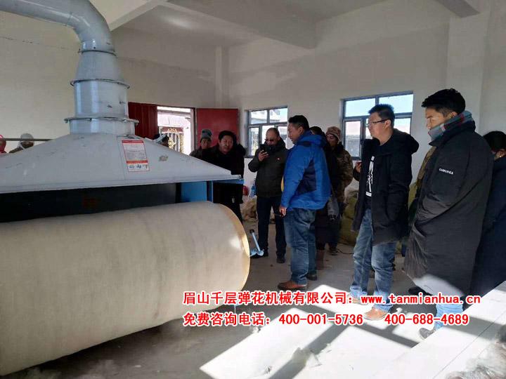西藏小伙儿购精细弹花机加工羊毛,引得当地很多人来参观学习