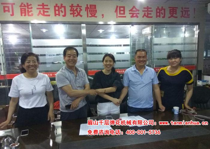 甘肃庆阳两老表白老板和张老板同时签订购买杀菌除螨精细一体机合同成功合影留念