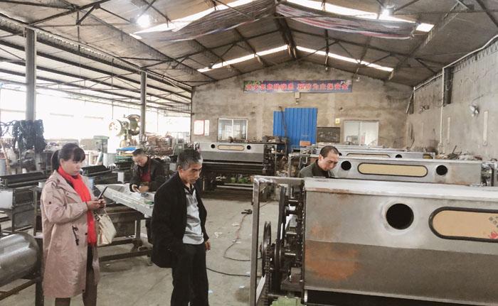 刘哥和牛姐两口子参观公司弹花机生产车间
