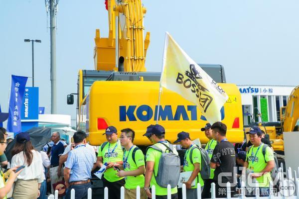 第一工程机械网BOSS团到访小松展台并围观PC500LC-10M0新品揭幕仪式