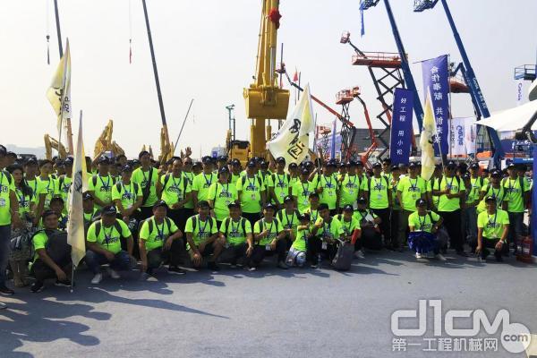 第一工程机械网BOSS团在小松中国展台合影