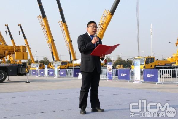 安徽柳工起重机有限公司总经理邓波致辞并对2019年安徽柳工春季订货会作政策解读